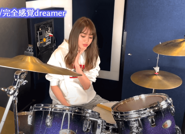 スタジオでドラムの練習をする香音さん