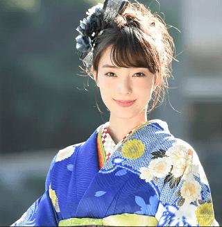 宮本茉祐さんのかわいい画像青い着物が凛とした表情を引き立てる