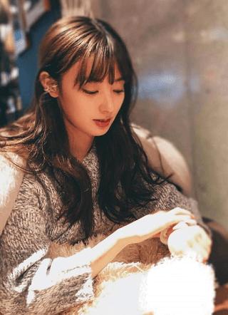 宮本茉祐さんの私服コーデがオシャレ!カフェで待ち合わせ